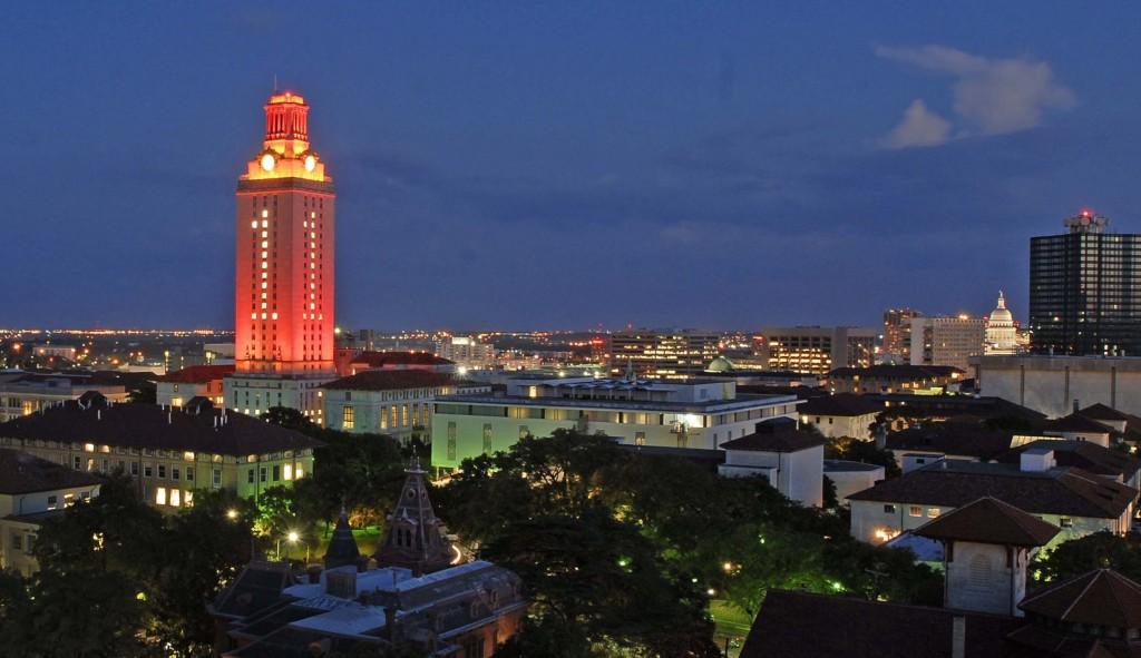 Reloj en la torre de la universidad de Texas en la ciudad de Austin