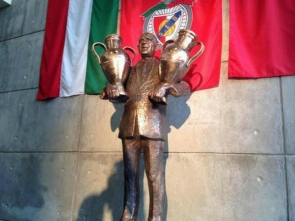 Estatua de Bela Guttman erigida por los aficionados