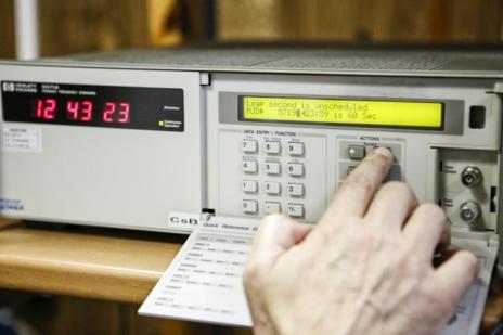 Uno de los relojes atómicos del ROA.