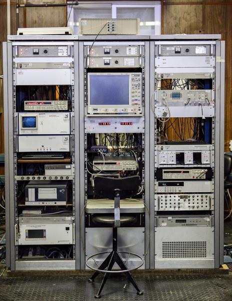 Componentes electrónicos en la Sala de la Hora del ROA, en la que están los relojes atómicos que marcan la hora legal Española.